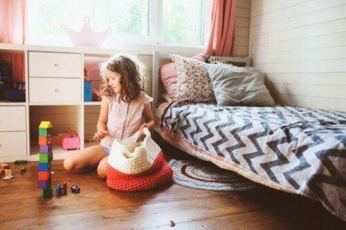 Barn städar sitt rum.