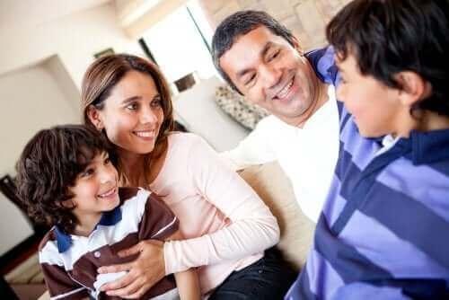 En familjediskussion för att prata om svåra saker med barn.