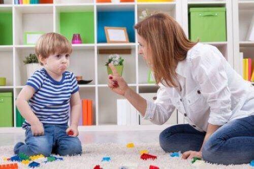 Mamma säger nej till sitt barn.