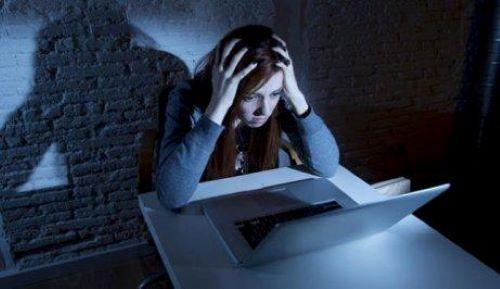 Barn sitter vid datorn på natten.