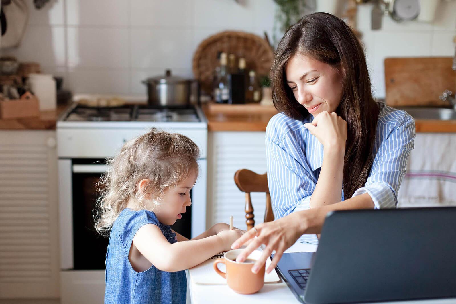 fördelar med mentalisering: mamma talar med barn