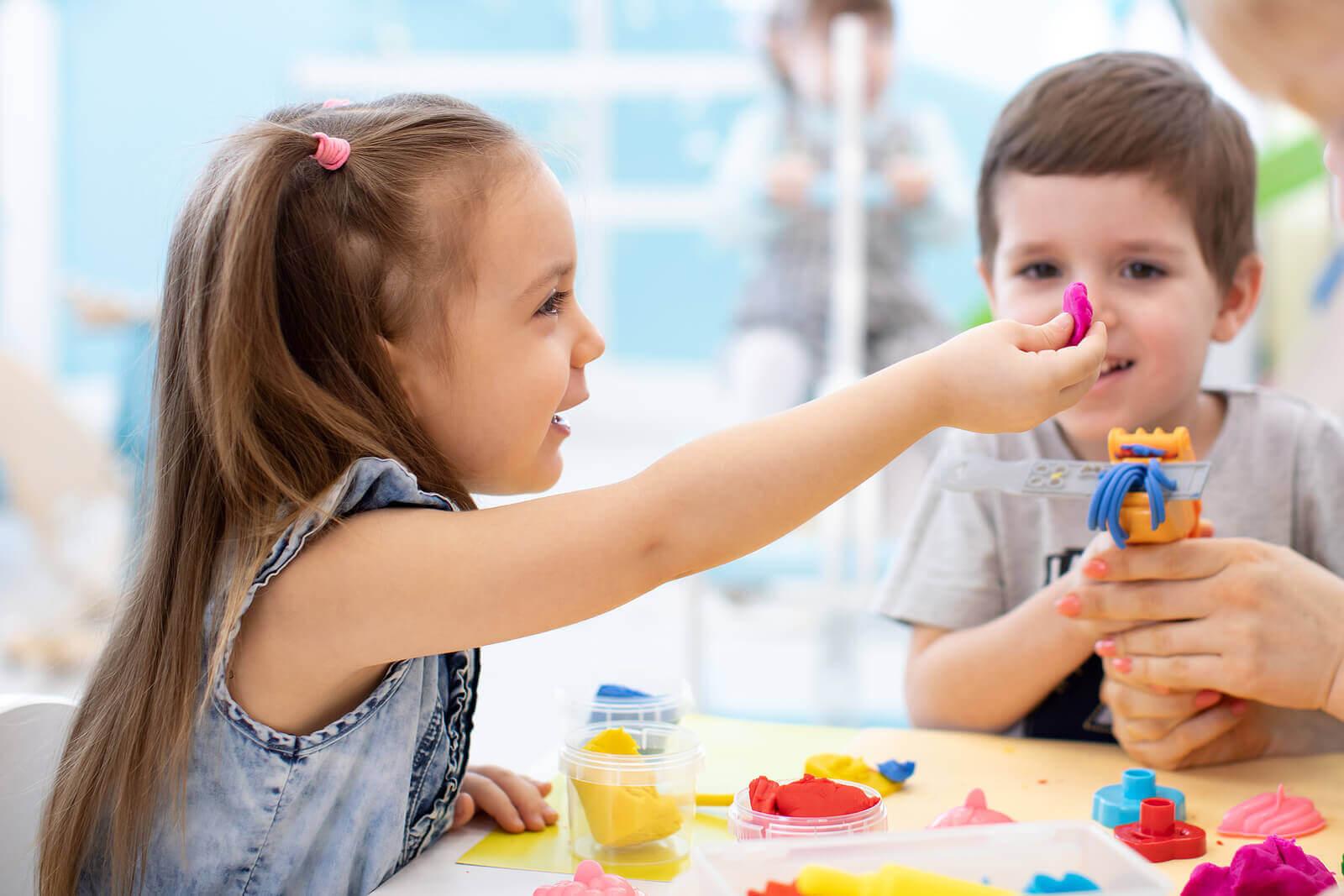 Sensoriska aktiviteter och pyssel: barn leker med lera