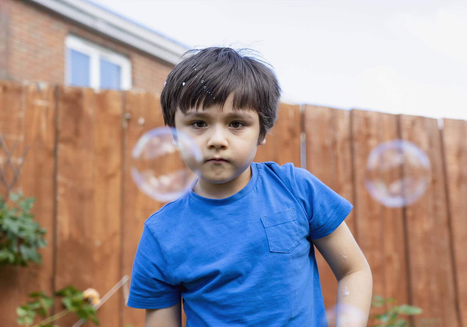Sensoriska aktiviteter och pyssel: pojke och såpbubblor
