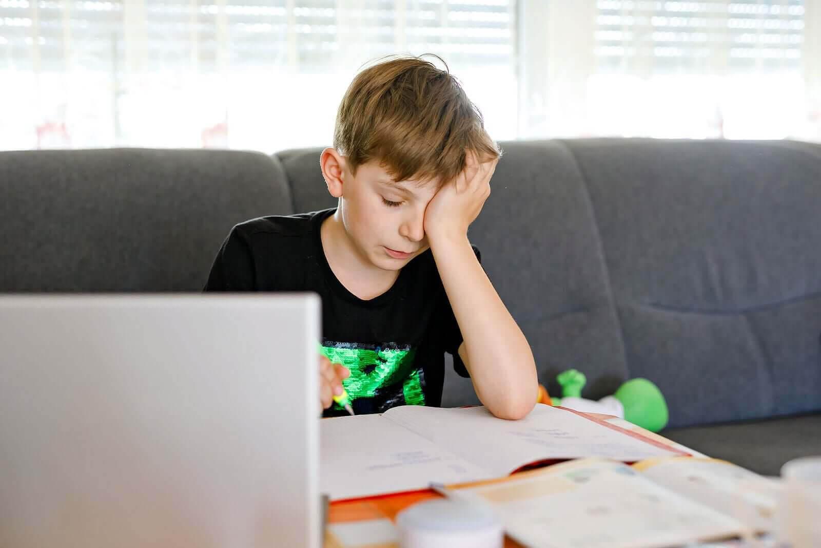 tonåring med inlärningssvårigheter gör läxor