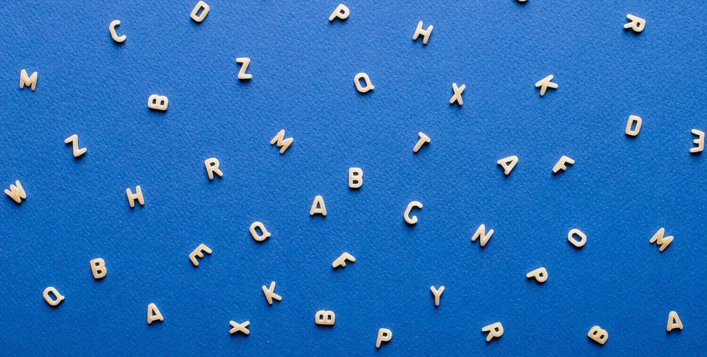 med papper och penna: bokstäver