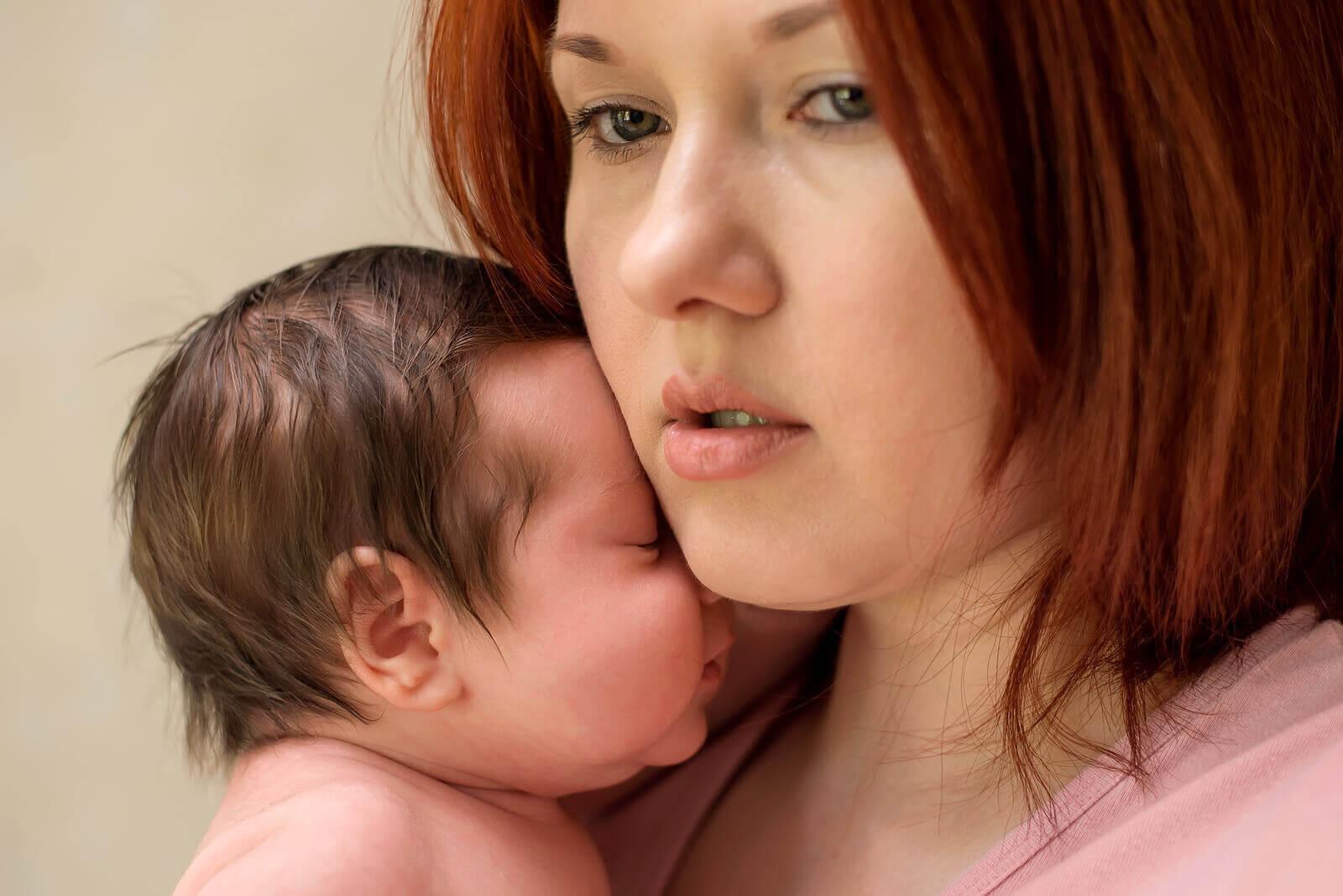 ångest efter förlossning: mamma håller nyfödd
