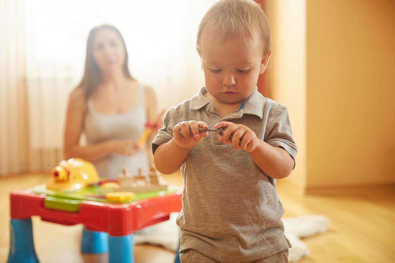 Montessori-brädor: barn undersöker