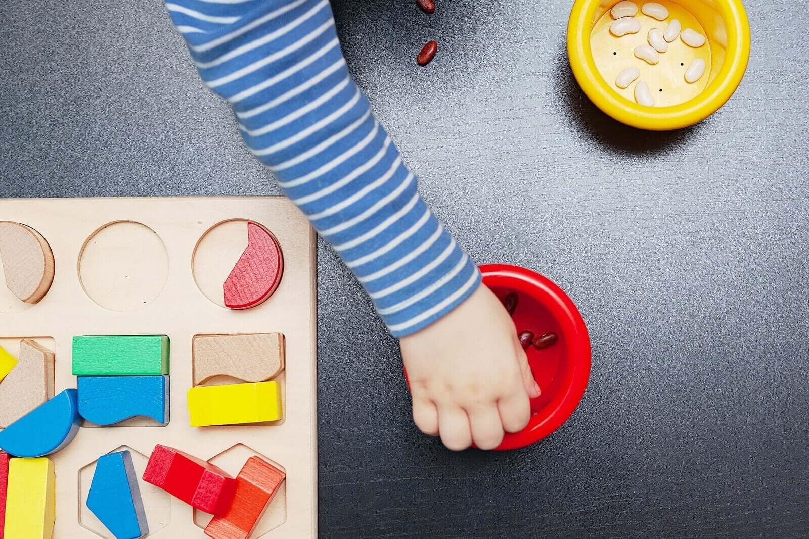 Montessori-brädor: barn leker