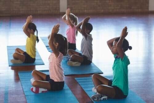 Fördelarna med yoga i klassrummet