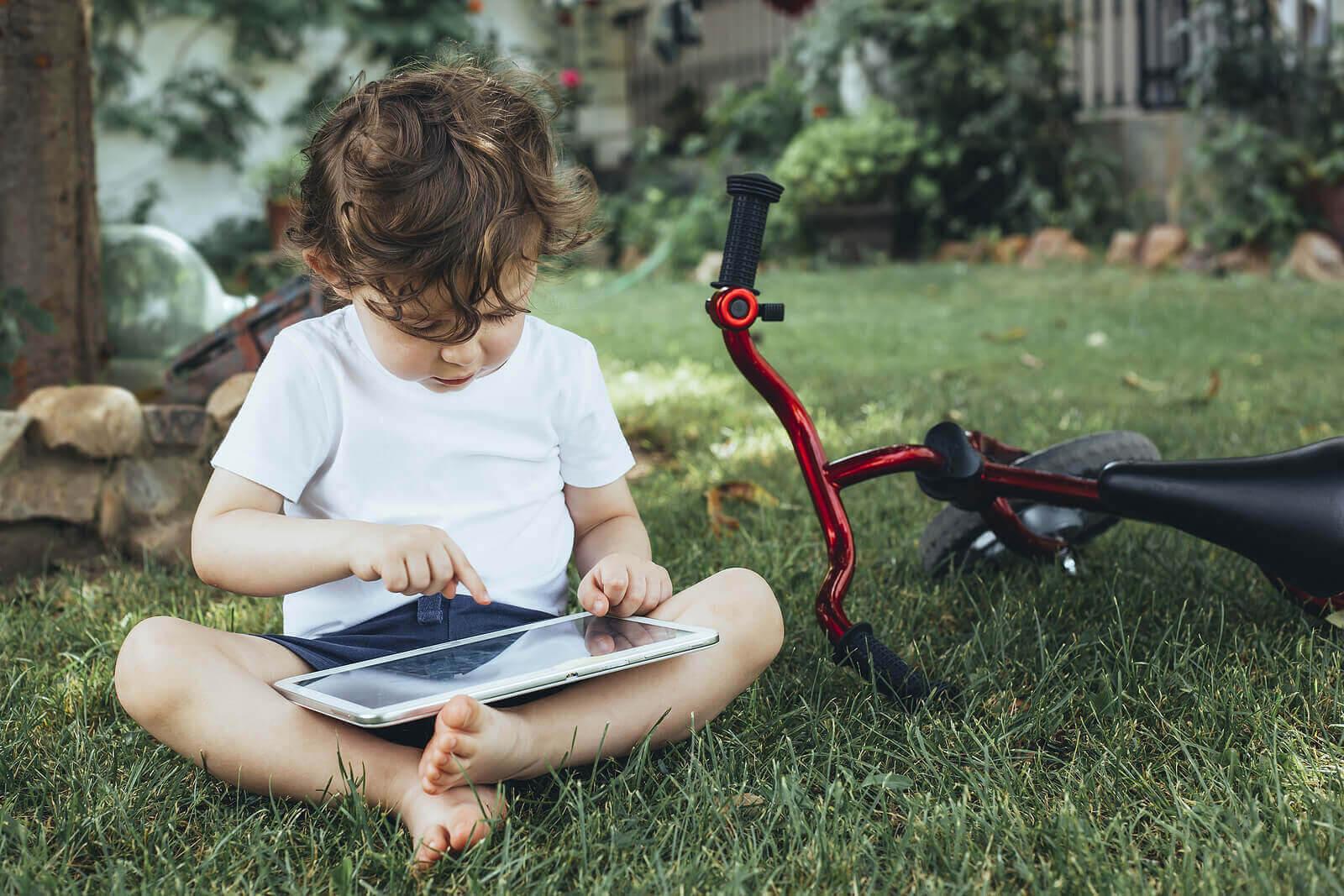 Digital infödingar: litet barn med surfplatta