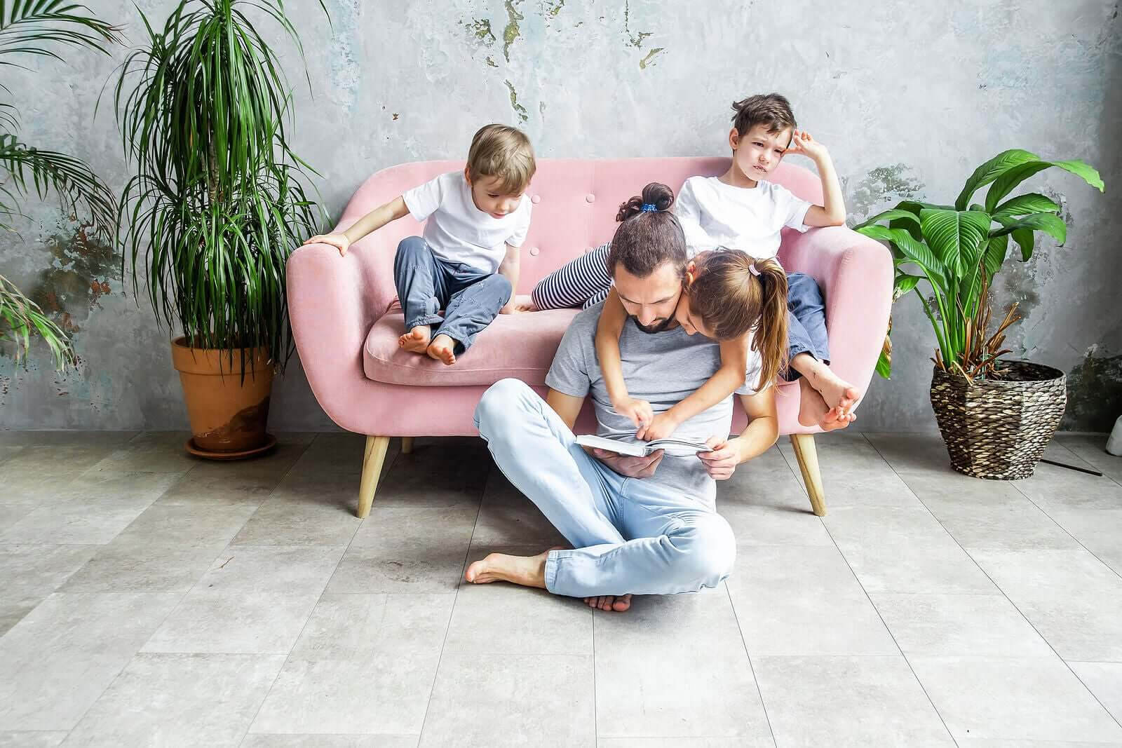hjälpa barn med inlärningssvårigheter: familj läser