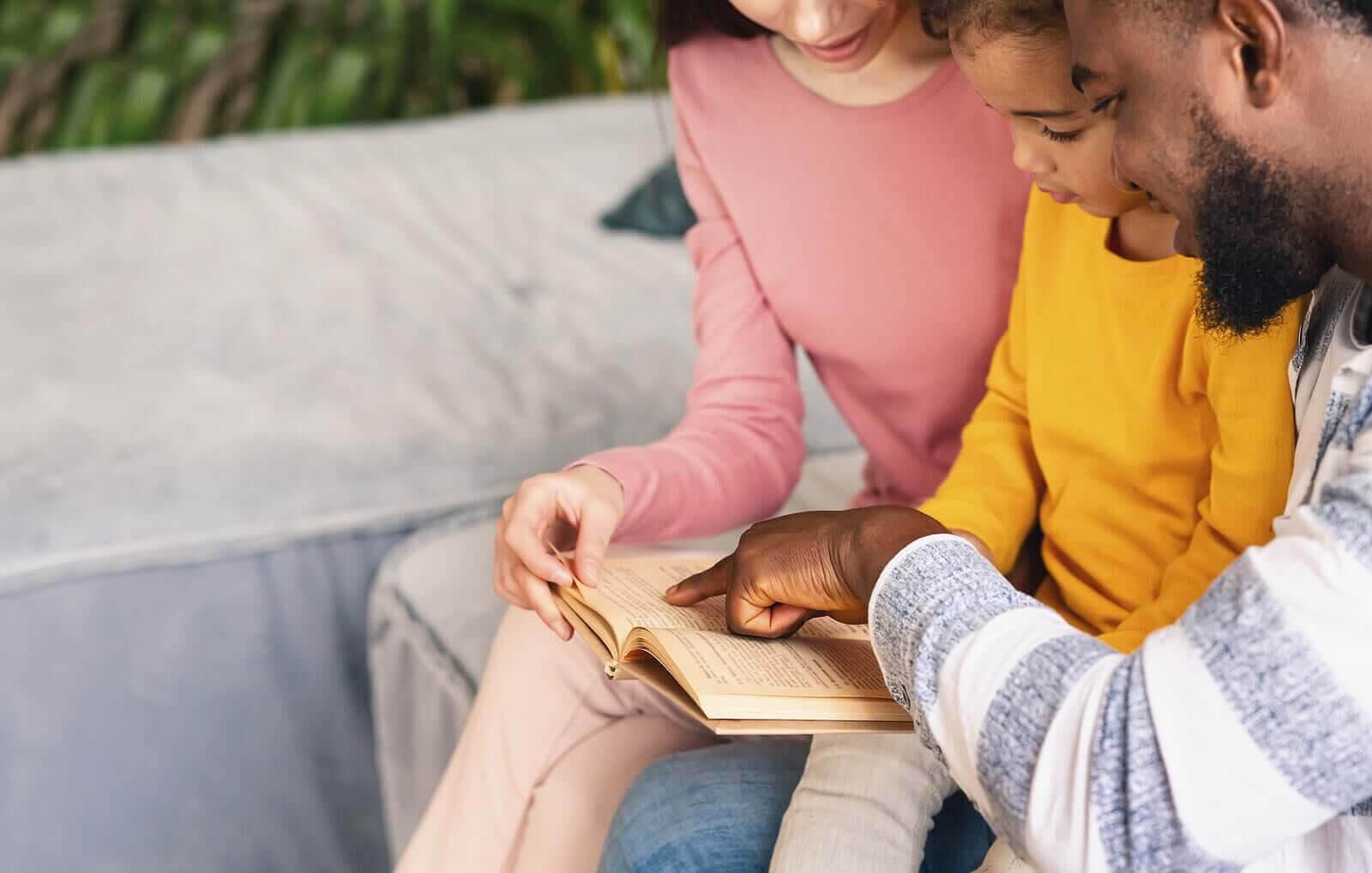 hjälpa barn med inlärningssvårigheter: föräldrar läser med barn