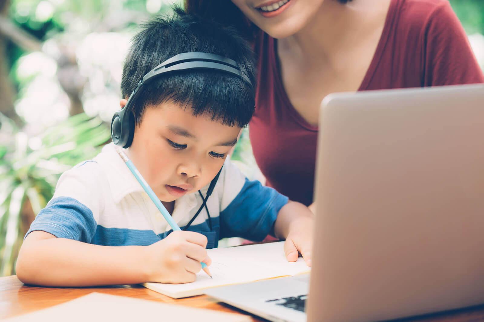 förbättra skriftspråket: barn jobbar vid dator