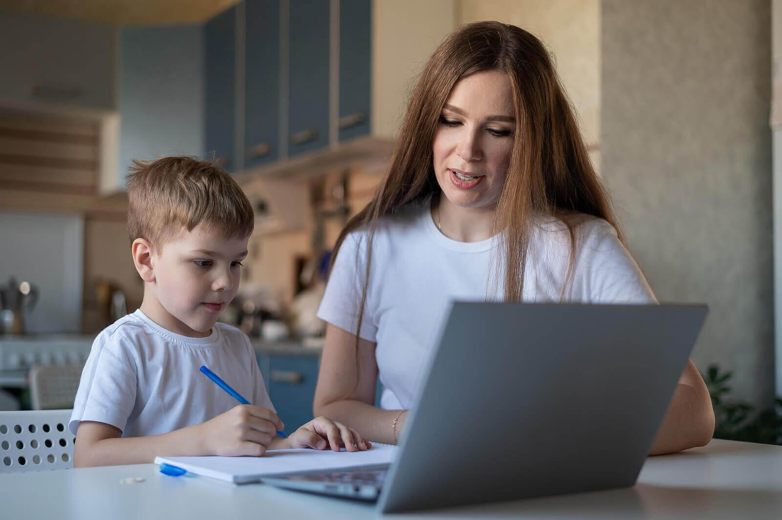 använda dikteringar: mamma och son framför dator