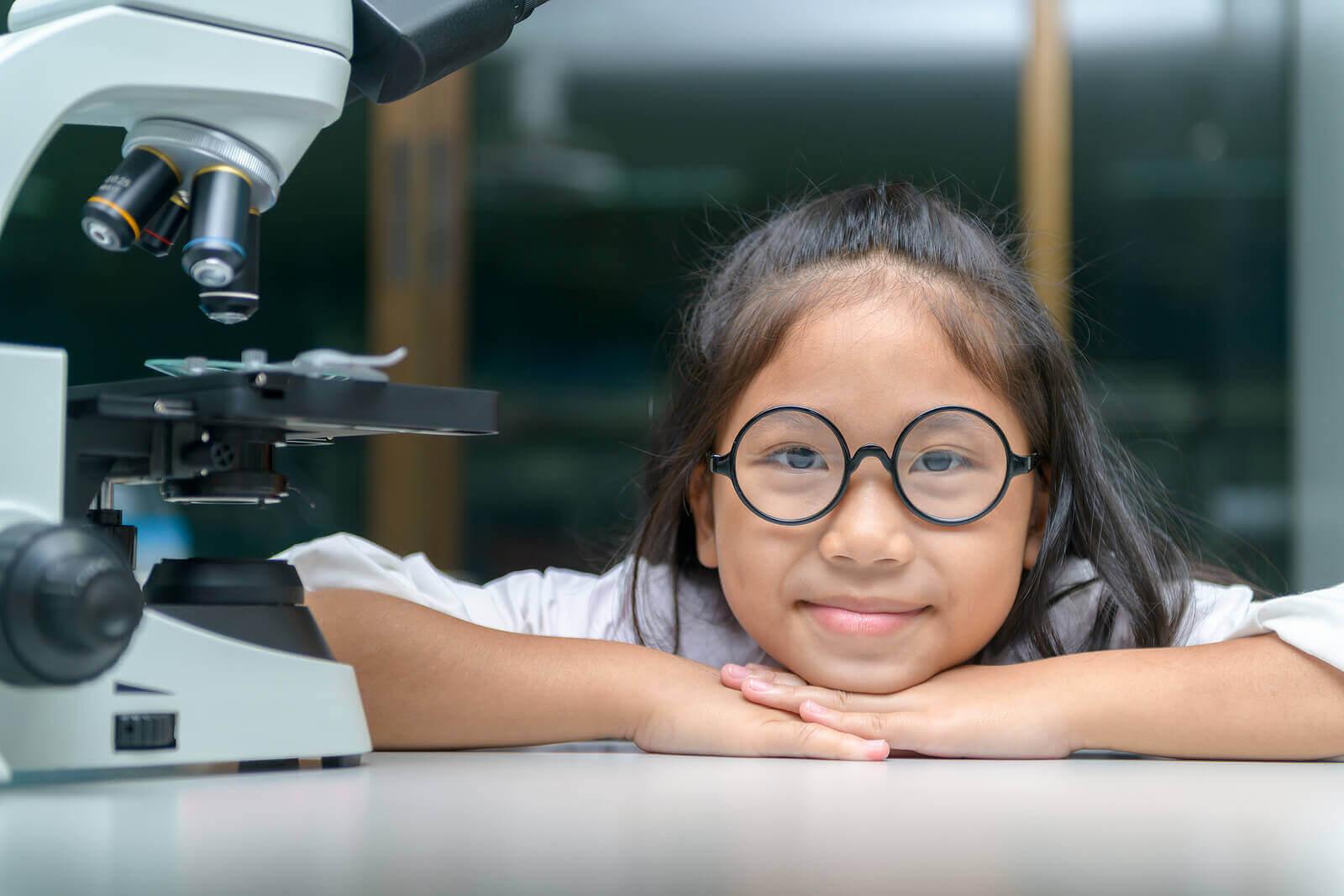 vetenskapligt tänkande hos barn: flicka vid mikroskop