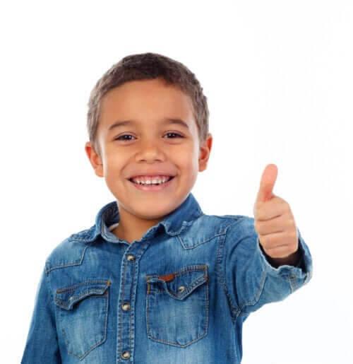 kan älska sig själva: barn visar tummen-upp