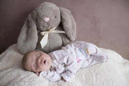 Hur sover bebisar under de första tre månaderna?