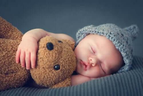 sover bebisar under de första tre månaderna: baby med nalle