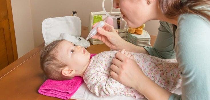 mamma ger barn saltlösning