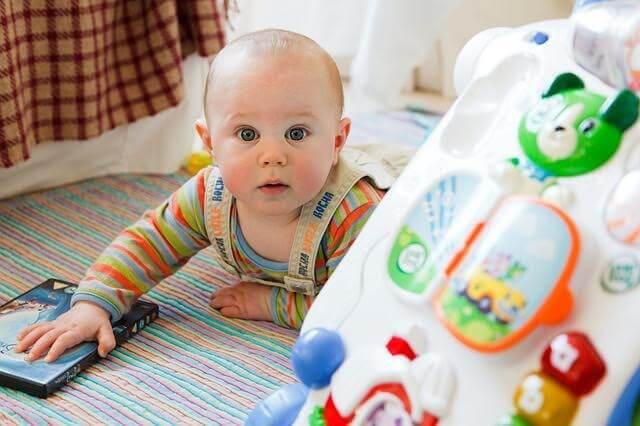 kasta allt på golvet: baby leker på golvet