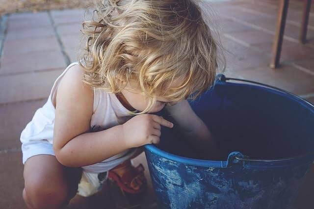 kasta allt på golvet: liten flicka med hink