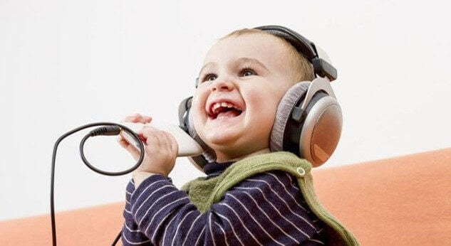 få ditt barn att skratta: baby med hörlurar
