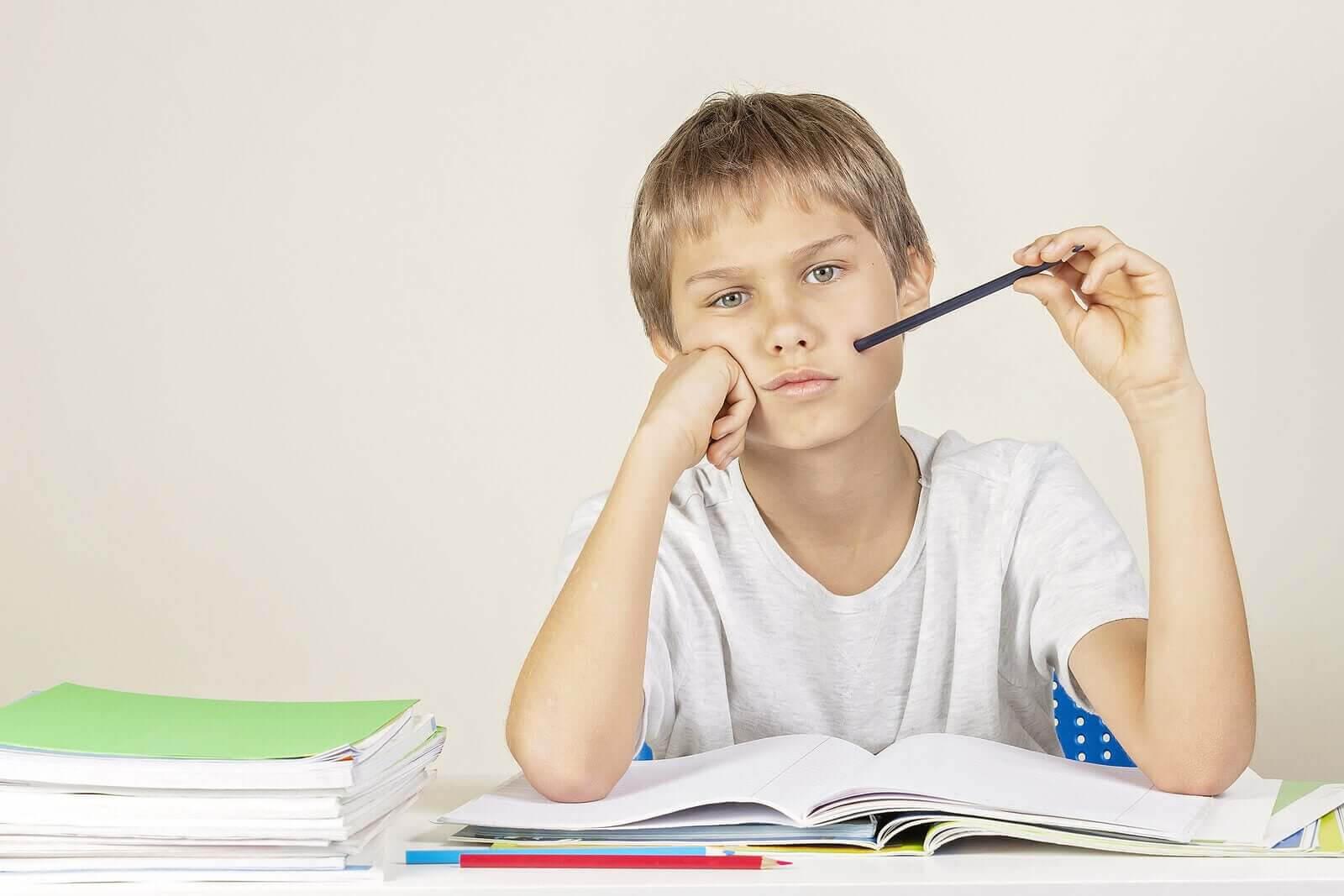 barn får dåliga betyg: pojke gör läxor