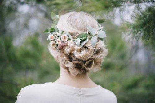Brud med blommor i håret.