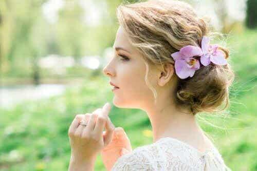 Håraccessoarer för brudar: Romantiska med blommor