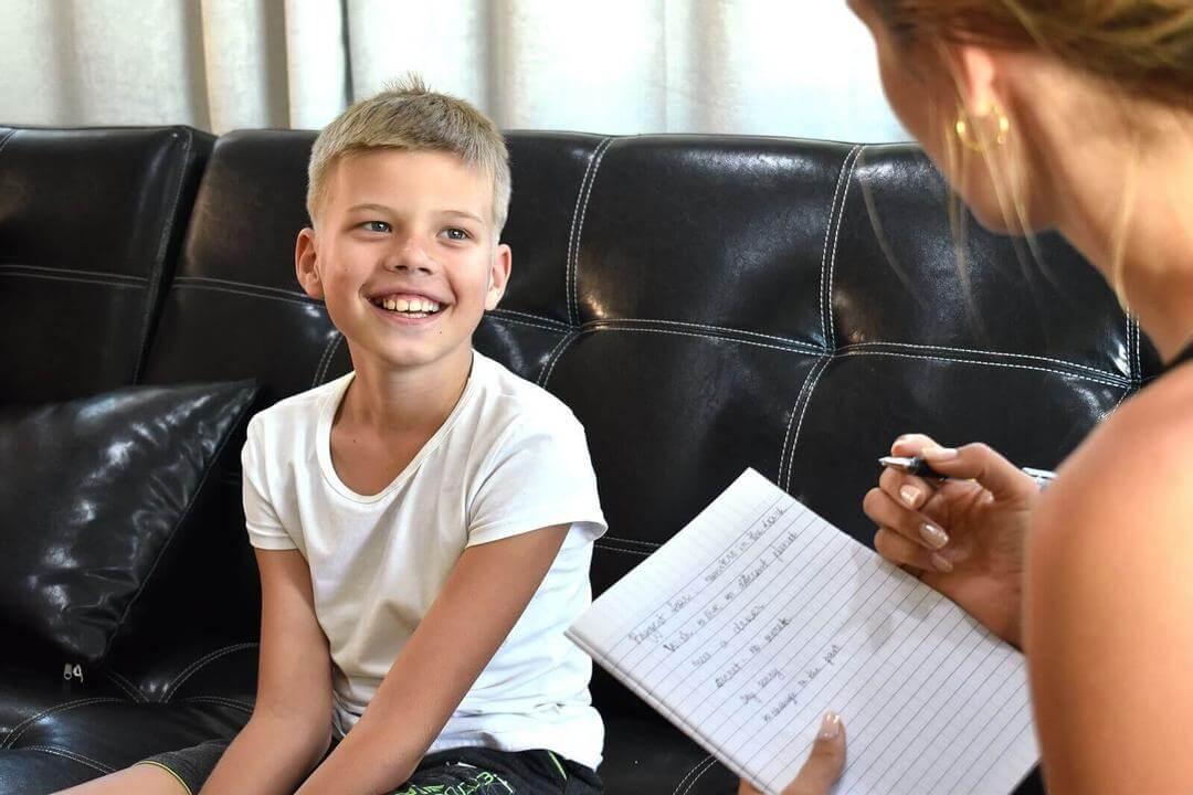 normalisera psykologisk hjälp: pojke hos psykolog