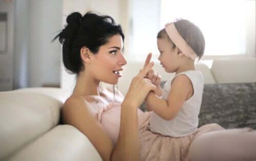 lugna barn utan att använda en surfplatta: mamma sjunger för baby