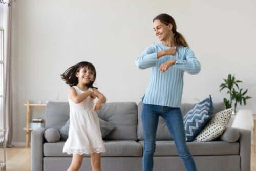 lugna barn utan att använda en surfplatta: mamma och barn dansar