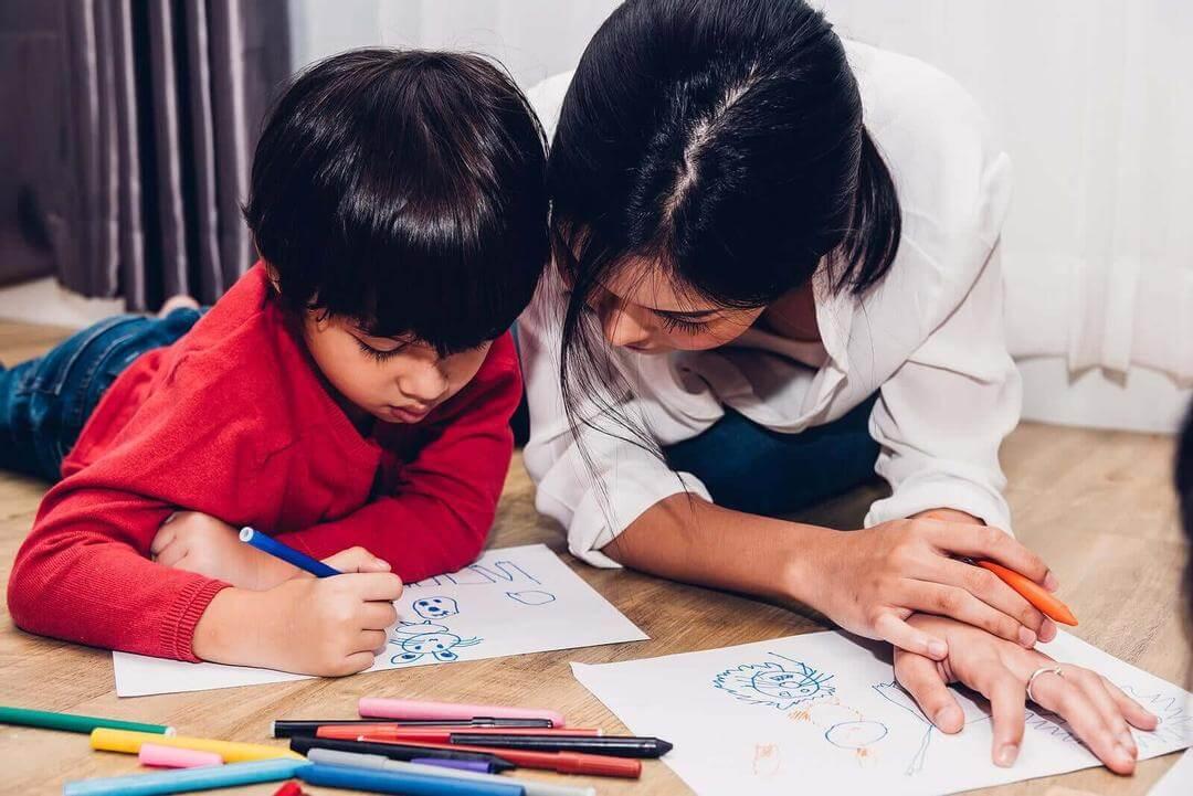 grafiskt uttryck: barn ritar och vuxen tittar på