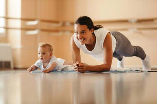 imitativ lek: mamma gympar och bebisen är med
