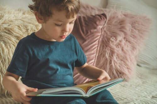 10 sätt att uppmuntra barn att läsa och skriva