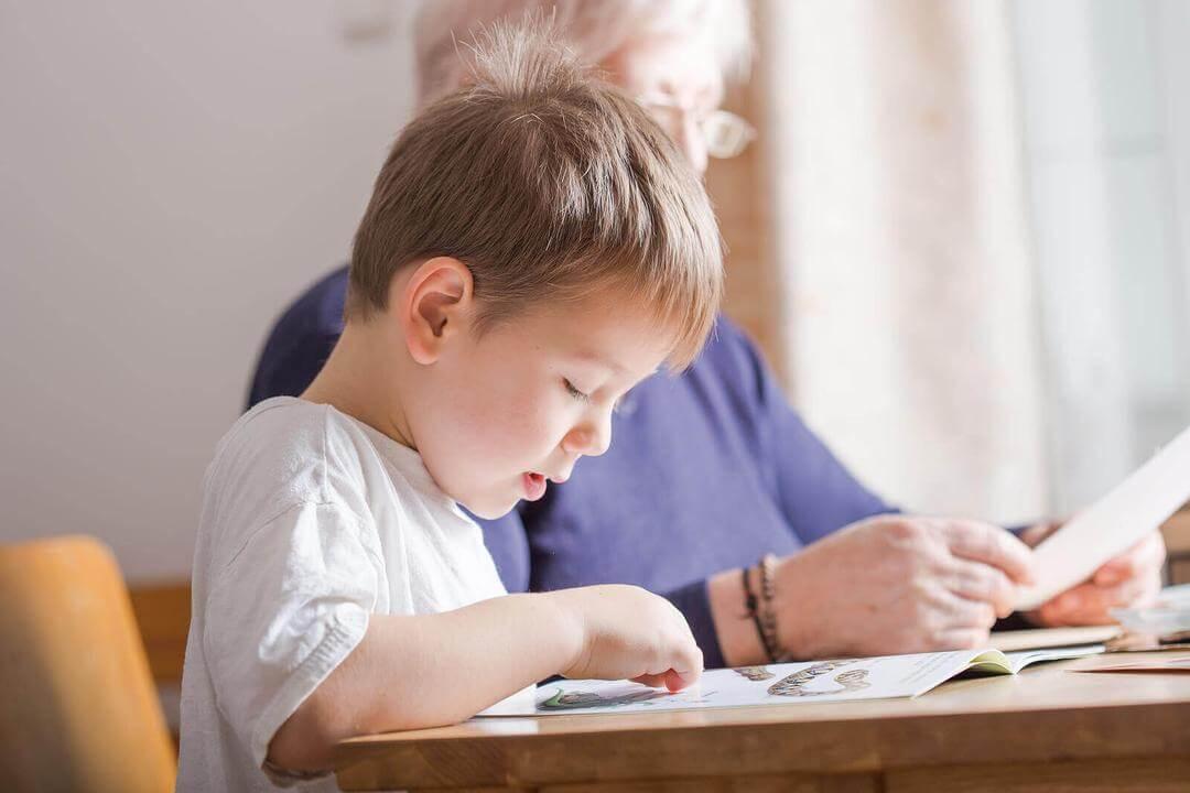 uppmuntra barn att läsa och skriva: barn läser