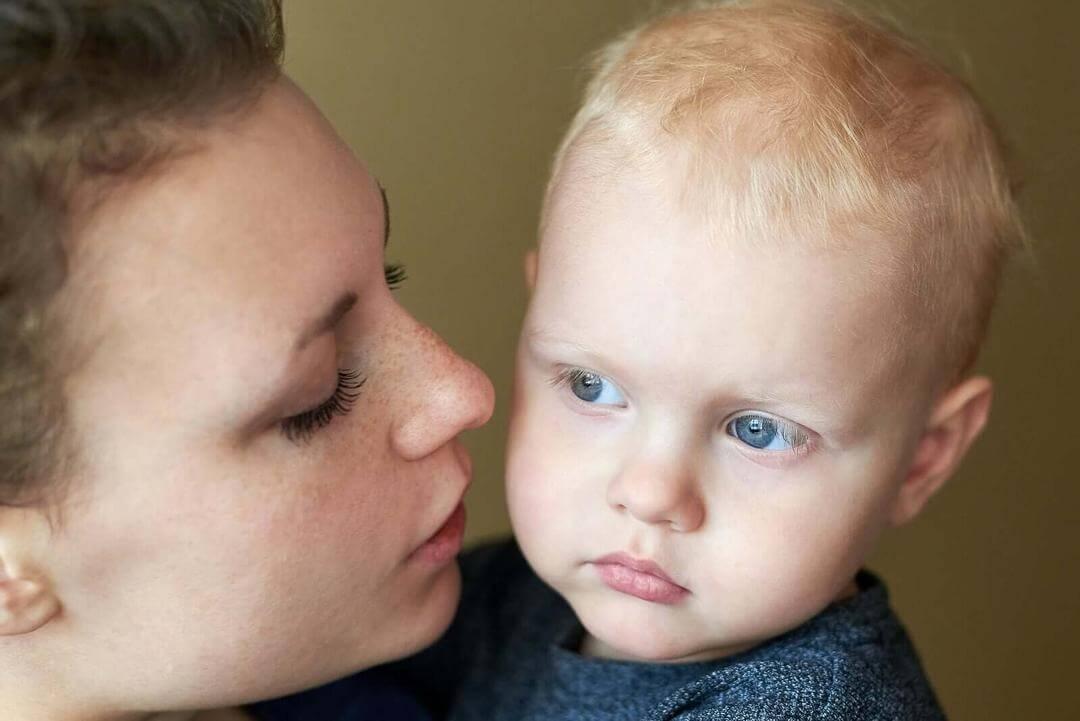 lögner som du aldrig ska berätta för dina barn: mamma med baby