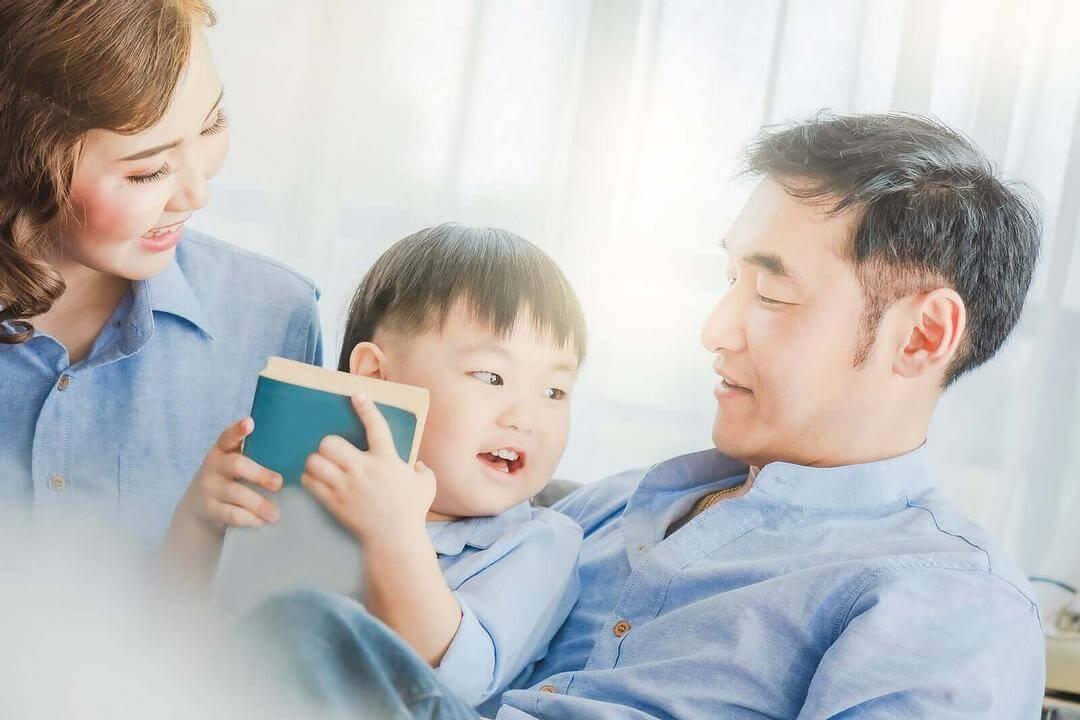 lögner som du aldrig ska berätta för dina barn: familj i soffa