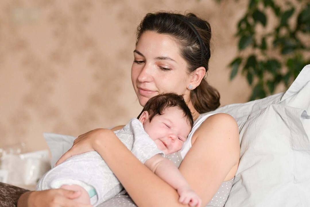 skapa ett band med din baby: mamma håller baby i famnen