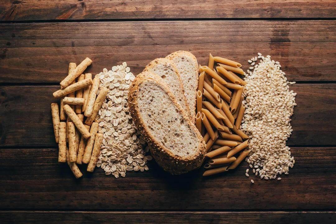 äta fullkorn: bröd och fullkornsris