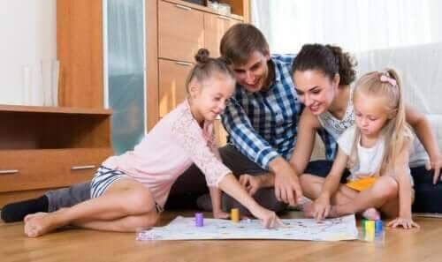6 roliga spel med papper och penna att spela som familj