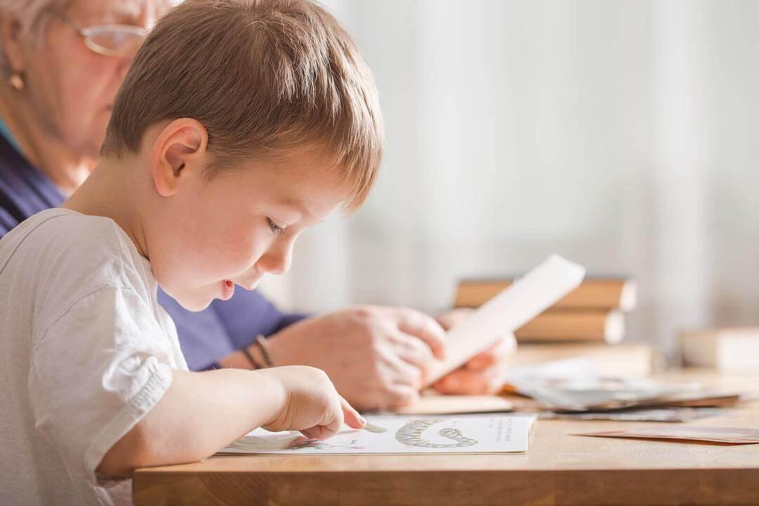 metoder för att lära barn läsa och skriva: pojke läser