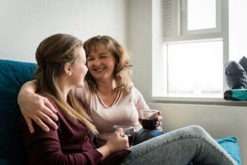 mamma har positiva diskussioner med barn