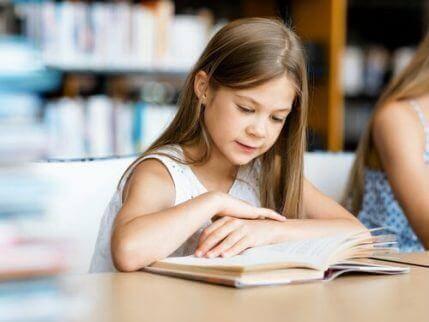 metoder för att lära barn läsa och skriva: flicka med bok