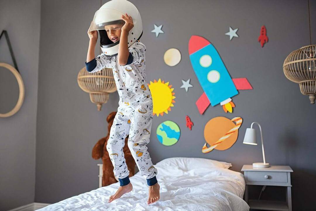 språklig kreativitet: pojke utklädd till astronaut