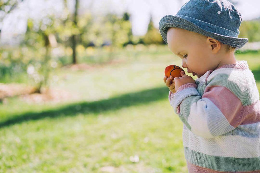 fri lek för små barn: barn undersöker ägg