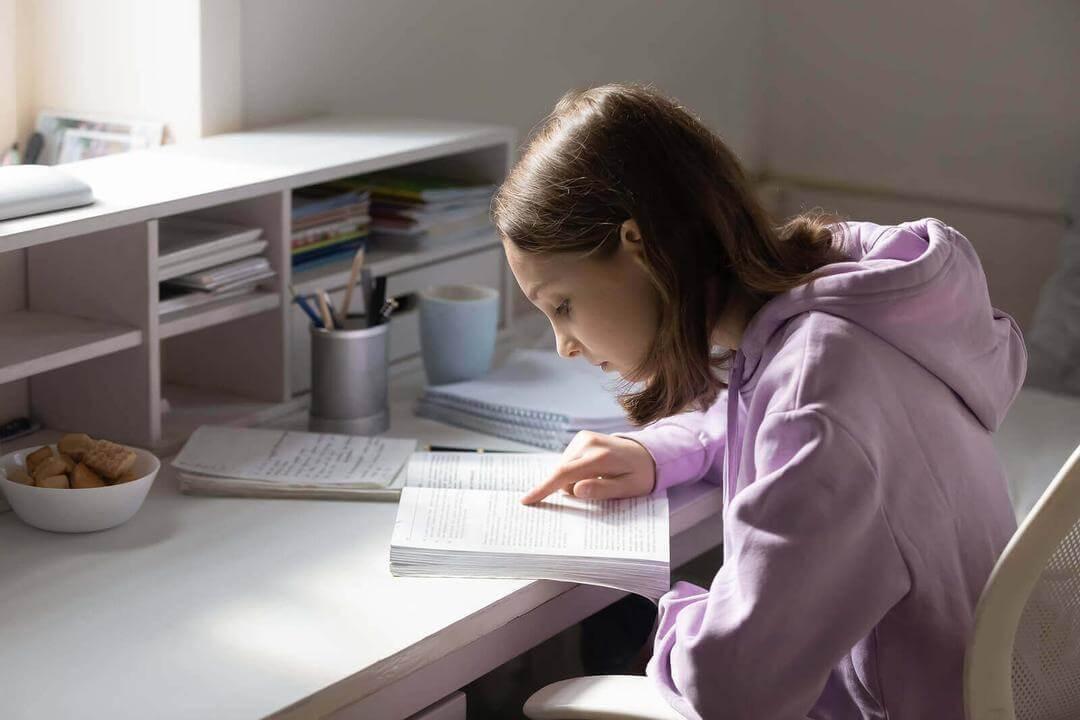 välja en karriärväg: flicka läser läxor