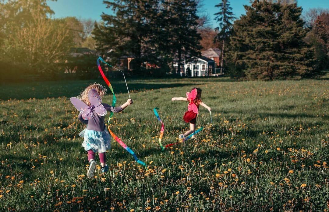 tilldela roller: barn leker ute