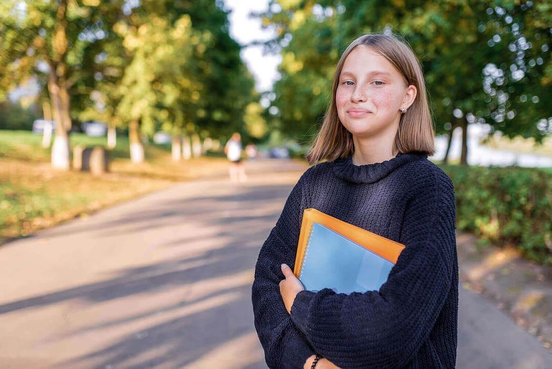välja en karriärväg: tonåring med skolböcker