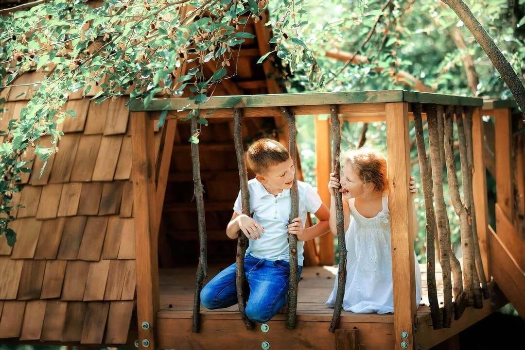 tilldela roller: barn i träkoja